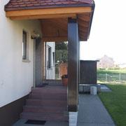 Vordach aus einer Holz- und Glaskonstruktion, Albstadt-Tailfingen