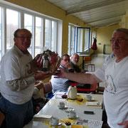 Siegfried Rose erhält anlässlich seines 75. Geburtages ein Präsent.