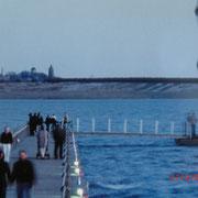 Die Seebrücke zum Pegelturm, im Hintergrund der Rote Turm von Pouch