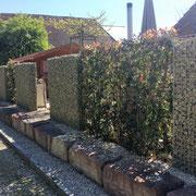 Sichtschutz mit Dekosteinmauer und Photinia-Spalier