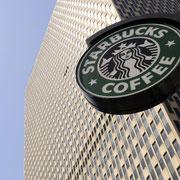 Starbucks - Das Sinnbild des ZU-FUSS-KAFFEES in seiner natürlichen Umgebung.