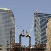 Ground Zero. Zwei Kräne arbeiten an der Stelle des amerikanischen Albtraums an der Errichtung des ONE WORLD TRADE CENTER.