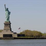 Die Statue wurde am 28. Oktober 1886 eingeweiht und begrüßt noch heute Heimkehrer, Gäste und Einwanderer.