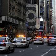 Extra für mich: die New Yorker Polizei in farbenprächtigem Spiel.