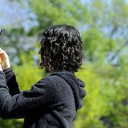 Eine Besucherin ist wie alle anderen auch fasziniert von der Blütenpraqcht des Frühlings.