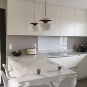 cuisine blanche moderne avec plan de travail et retour îlot effet marbre par Cuisine Intérieur Design Toulouse