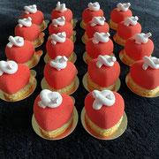 Himbeermousse Törtchen mit Himbeerkern und Marshmallowknopf