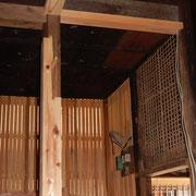 接ぎ木した柱と漆喰壁の木摺り下地