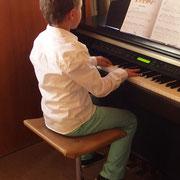 Lino unterhielt uns am Klavier