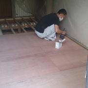 大工さんによる床補強工事