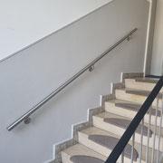 Handlauf aus Edelstahl mir 3 Wandhalterung über  mehrere Etagen