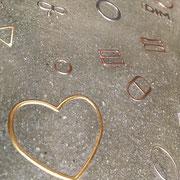Enduit  de finition à l'argile avec incrustation d'objet (accessoire de lingerie pour une entreprise spécialisé)