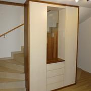 Der raumhohe Schrank ersetzt ein Geländer, macht den Raum interessanter und bringt jede Menge Platz, den man grade hier gut nützen kann.