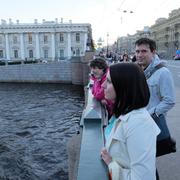 Маша, Настя и дизайнер Сергей Саратовский