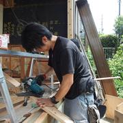 電気屋帆足さんも、大工をします。これが多能工というものだ!