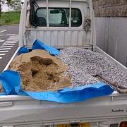 砂と砂利をつかいます。と、同じくらいのコンクリートを使います。