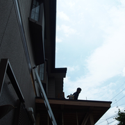 屋根はガルバリウム鋼板。板金でおなじみマツーラさんです。屋根の上からこんにちはします。