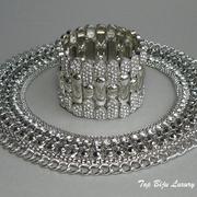 П-987. Красивейшее дизайнерское воротниковое колье и браслет. Ювелирный сплав под серебро, интересная фактура, декор камнями Сваровски. Длина колье регулируется.