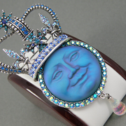 """П-1428. Шикарная брошь-кулон """"Queen Moon"""" от американской ювелирной компании Киркс Фолли. Вставка с Луной-барельефный камень с эффектом инея, камни Сваровски различных оттенков, абсолютно потрясающее украшение."""