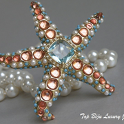 """П-1390. Дизайнеркая брошь """"Морская звезда"""" от американского дизайнера Кеннет Джей Лэйна (инфо в разделе ИМЕНА).Ювелирный сплав с позолотой 24К,кабошоны цвета лососевой икры,камни Swarovski.Очень необычное и красивое украшение.Диаметр 7.5см."""