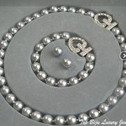 П-1062. Kомплект из колье, браслета и сережек в благородном оттенке серого жемчуга. Декор камнями Сваровски.