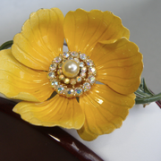 """П-1393. Коллекционная брошь """"Садовый лютик"""" от винтажной американской компании Lisner. Очень красивый цветок декорирован камнями аврора белеарис с эффектом северного сияния.Нежные эмали,ювелирный сплав металлов. Диаметр -6см."""