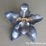 """П-965. Потрясающая редчайшая брошь""""ORCHID"""" полностью ручной работы от знаменитого и неподражаемого Алекса Биттара, знаменитого во всем мире своими украшения из люцита.Крупный цветок орхидеи декорирован камнями Сваровски,размер 9см."""