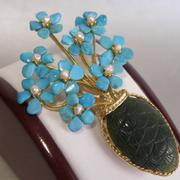 П-1380. Красивейшая брошь от известного американского бренда SWOBODA . Полудрагоценные камни натуральной бирюзы, малахита и жемчуга, позолота 24К. Размер 7х4см. Фирменная бирка с номером изделия.