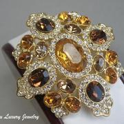 """П-1240. Шикарная бошь-кулон """"Maltese Cognac"""" от Кеннета Джей Лейна (описание марки в разделе Имена). Позолота 24К, кристаллы Сваровски в алмазной огранке, выпуклая ,oбъёмная форма. Размер-6х6.5 см"""