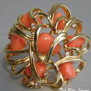 """П-1437. Брошь """"Corals in Gold"""" от американского дизайнера Джоан Риверс (инфо в разделе ИМЕНА). Позолота 22К, кристаллы Сваровски, имитация коралла, диаметр-5см. Клеймо дизайнера, подарочная упаковка."""