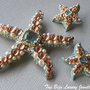 """П-1388. Комплект """"Морские звезды"""",коллекционные украшение от Кеннет Лэйна.Выпуклая, трехмерная форма, до них так и хочется дотронуться. Диаметр броши 7.5см, сережек -3.2см. Позолота 24К,камни Сваровски,авторская эмаль,иск жемчуг, бирюза."""