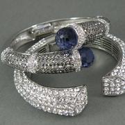 П-1365.Дизайнерские браслеты от американского дизайнера Джоан Бойс. Ювелирный сплав под серебро с родием, декор кристаллами Сваровски. Удобно сидят на запястье. Ручная работа.