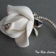 """П-8699.Брошь """"Роза"""" от культового американского ювелира Кеннет Джей Лэйна. Позолота 24К, декор кристаллами Сваровски, цветок вуполнен из люцита, декор эмалями. Длина 6см. Также в наличии красная и розовая роза.ПОВТОР ПОД ЗАКАЗ"""