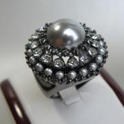 П-1540. Изысканное кольцо, авторский дизай от Кеннет Джей Лэйна. Ювелирный сплав ганметал с родием, камни Сваровски, жемчужная эмаль. Размер 18.
