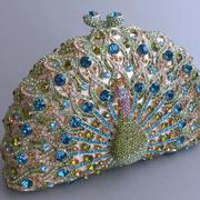 П-1207. Вечерняя сумочка-клатч от американского дизайнера. Клатч усыпан камнями Сваровски, внутренняя отделка выполнена из кожи. Также можно носить через плечо-крепится цепочка.