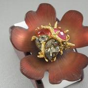 """П-1455. Брошь """"Red Magnolia"""" от вcемирно известного ювелира Alexis Bittar. Позолота 24К, драгоценные камни, люцит, камни Swarovski. Полностью ручная работа, клеймо дизайнера."""