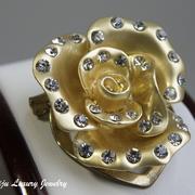 """П-1069. Новая брошь """"Rose"""". Ювелирный сплав под сатиновое золото, кристаллы Swarovski. Размер 3х3см. Обьемная, эффект 3Д, дополнительный зажим для платков, шарфов. Легкая и элегантная."""