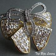 """П-888. """"Бант"""" из лимитированной коллекции американского ювелира Нолана Миллера.Размер 5х5см,ювелирный сплав с позолотой 24К,потрясаюсщие хрустальные камни Сваровски в алмазной огранке"""