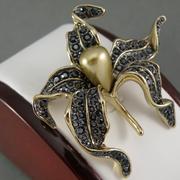 П-1352.Изысканная дизайнерская американская брошь от американского дизайнера Кеннет Джей Лэйна(описание марки в разделе ИМЕНА). Позолота 24К, зеркальные черные кристаллы Сваровски, объемная форма, диаметр 5см.