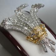 П-1342. Коллекционная редчайшая брошь, точная копия бриллиантовой броши (1935г), принадлежавшей герцогине Виндзорской и позже приобретенной на аукционе Элизабет Тэйлор. Ювелирный сплав с позолотой 24К и белым золотом, фианиты. Длина 6см.