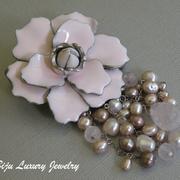 """П-1000. Дизайнерская американская брошь """"Магнолия"""". Ювелирный сплав под серебро, декор натуральными камнями розового кварца, жемчугом, а также глянцевой розовой эмалью. Диаметр цветка 7см, длина подвесок 5см."""