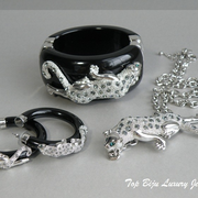 """П-1017. Дизайнерский комплект """"Ягуары"""". Бакелитовый браслет и серьги, декор камнями Swarovski, ювелирный сплав с родием"""