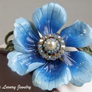 """П-1512. Коллекционная брошь """"Голубой мак"""" от компании Lisner. Очень красивый цветок декорирован камнями аврора белеарис с эффектом северного сияния.Нежные эмали,ювелирный сплав металлов. Диаметр -6см"""