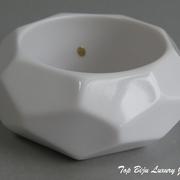 П-1152. Стильный ширкокий браслет от американского дизайнера Кеннет Джей Лэйна. Белый ювелирный акрил, маркировка дизайнера, рyчная работа.