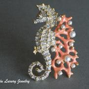 """П-1436. Коллекционная брошь """"Морской конек на коралле"""" от дизайнер Кеннет Джей Лэйна. Позолота 24К, авторская эмаль, декор сверкающими камнями Сваровски. Ручная работа. Размер 7х5см."""