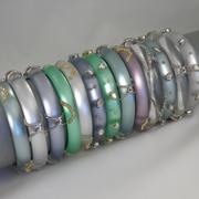 П-1482. 13 разнообразных браслетов из новой коллекции весна-лето 2014 от вcемирно известного ювелира Alexis Bittar. Позолота 24К, родий, переливающийся люцит, камни Swarovski.Полностью ручная работа, клеймо дизайнера.