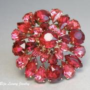 """П-1005. Винтажная брошь """"Ruby drops"""" от компании Deliza&Elster (инфо о марке в разделе Имена). Ювелирный сплав под золотo, декор камнями горного хрусталя, все кристаллы на крапанах.Диаметр 5.5см."""