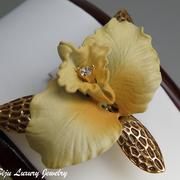 П-1059. Необыкновенной красоты брошь Орхидея от Джоан Риверс (инфо в разделе ИМЕНА). Ювелирная ручная работа, четкие детали. Ювелирный сплав с позолотой, кристаллы Сваровски. Диаметр 4см. Клеймо дизайнера, подарочная упаковка