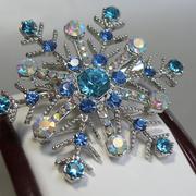 П-1315. Сверкающая брошь Снежинка станет отличным подарком и аксессуаром в зимний период. Выполнена из ювелирного сплава под серебро, декор кристаллами аврора болеарис. В наличии 2 броши, отлично смотрятся в паре.