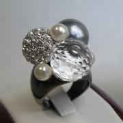 П-1541. Изысканное кольцо, авторский дизай от Кеннет Джей Лэйна. Ювелирный сплав ганметал с родием, камни Сваровски, жемчужная эмаль. Размер 18.